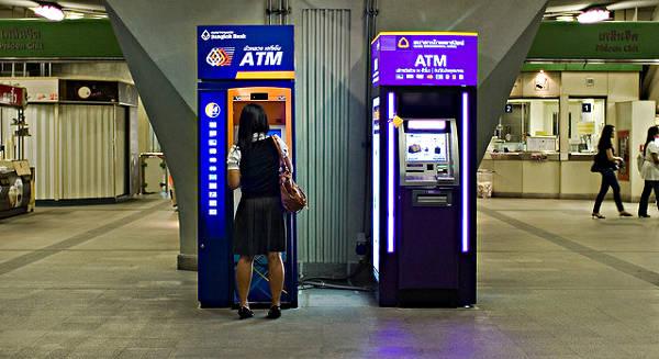 Geld abheben im Ausland (ATM) - cc Flickr Akuba